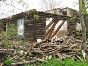 разрушенный деревянный дом
