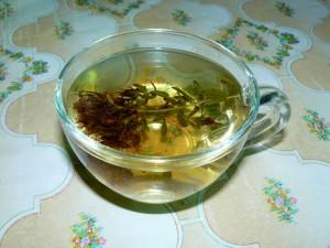 чашка с травяным чаем фото